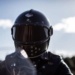 Un motard avec un casque noir en gros plan